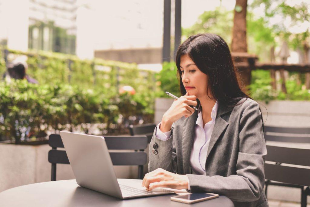 Kobieta z laptopem analizuje dane