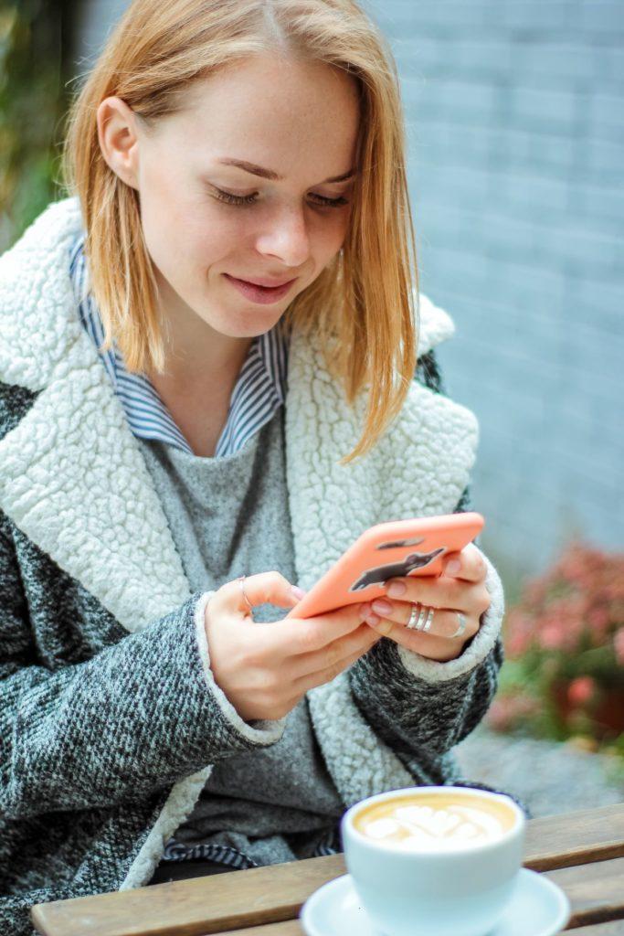 Kobieta korzysta z mediów społecznościowych
